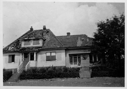 Das Haus Bergfrieden 22 nach einem Bombeneinschlag. Im nachträglich angefügten Anbau befand sich bis in die 1970er Jahre ein kleines Lebensmittelgeschäft.