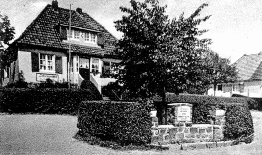 """Der """"Dorfplatz"""" - noch heute steht im Zentum der Rotunde die damals gepflanzte Linde"""